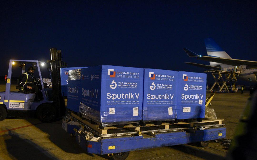 Vacunas: llegaron 500 mil dosis más de Sputnik V y ya son más de 12,6 millones en el país